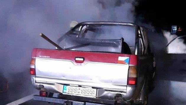 Osobní auto Mitsubishi pick up při zásahu příbramských hasičů.