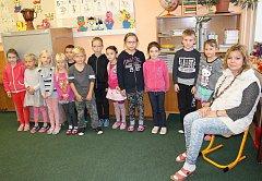 Třída prvňáků Základní školy a mateřské školy Nečíň pod vedením učitelky Aleny Pobišové.
