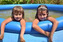 Eliška a Nela v bazénu na zahrádce.