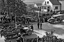 Situace u tzv. demarkační čáry v Čimelicích 10. 5. –11. 5. 1945. Vlevo Američané, vpravo příslušníci hitlerovské branné moci.