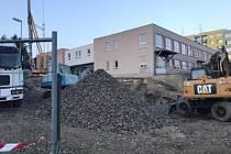 Stavební práce již byly zahájeny, ale o dva měsíce později. Hotový by měl být výkop pro základy a začalo jejich betonování. V minulém týdnu pokračování prací zastavily silné mrazy.