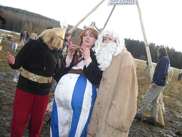 ASTERIX  a Obelix ve složení Hana Matějková (uprostřed) s Jarkou a Klárou z Obecnice.