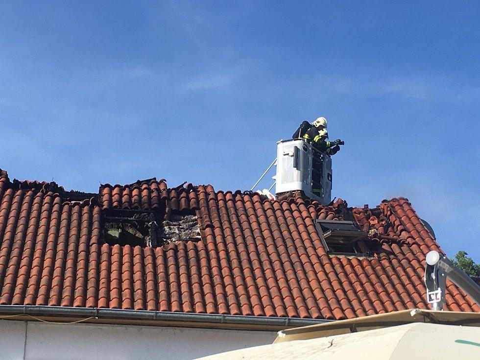 Z požáru penzionu u obce Vršovice nedaleko Sedlčan.