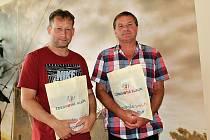Předseda TJ Ligmet Milín Miroslav Obdržal a starosta Milína Pavel Nekl (vpravo) přivezli přes osm tisíc do Léčebny dlouhodobě nemocných na Zdaboři na projekt Zdravotní klaun.