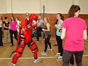 Techniky si mohou ženy vyzkoušet na ochranném obleku Red Man.