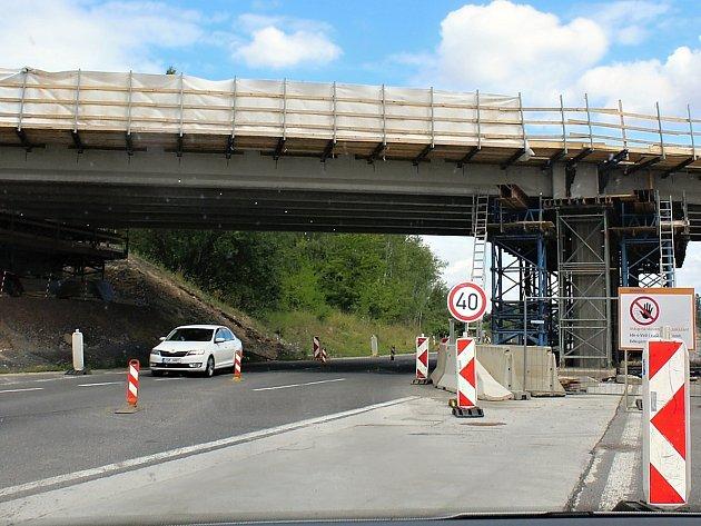 Oprava mostu na Skalce, který vede přes dálnici D4. Pod ním je uzavírka. Vyznačenou trasou i pro méně zkušené řidiče se dá docela dobře projet, jen je potřeba nechvátat a sledovat značení.