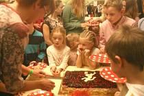 Děti dostaly obrovský dort, který ani celý nesnědly.