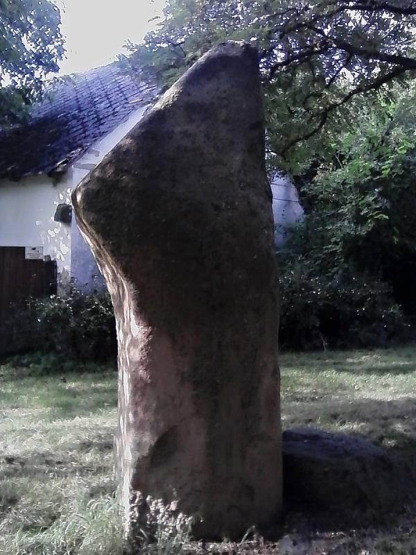 Menhir za Petrovicemi u naučné stezky.