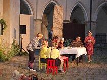 Sedlčanská Taková normální rodinka se představila na Zvíkově, Spolek divadelních ochotníků Sedlčany s ní zahájil letošní 20. Zvíkovské divadelní léto 2018.