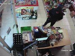 Maskovaný muž přistoupil k pultu a vytáhl z kapsy kalhot nůž.