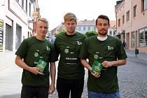 Zástupci 1. FK Příbram zleva: Jan Matoušek, Tomáš Větrovský a Filip Hlúpik rozdávali vstupenky na nedělní utkání s Pardubicemi.