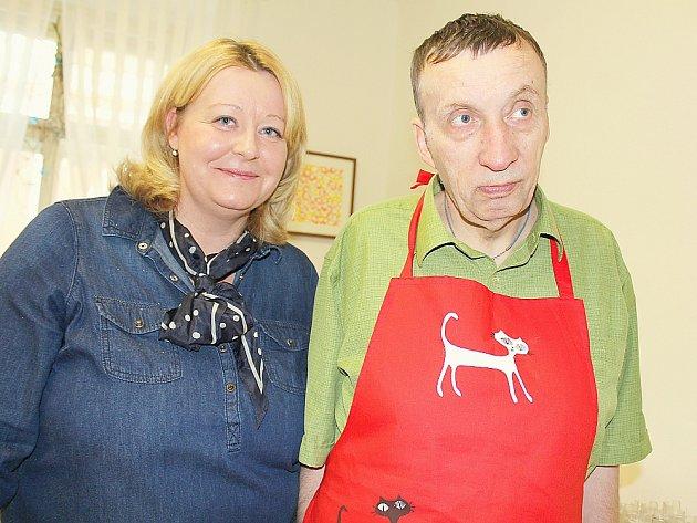 Sociálně terapeutické dílny Nalžovického zámku v Příbrami. Ředitelka Lenka Mottlová s klientem Emanem Mášou.