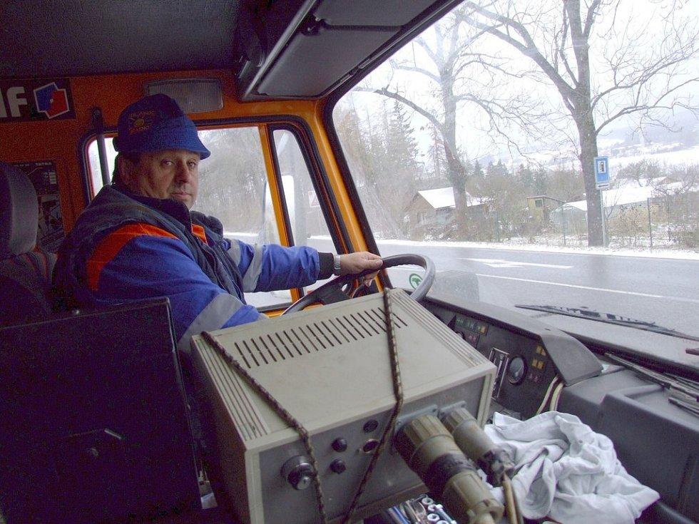 """Sedět za volantem sypače není žádný med. Radlice je široká a řidič musí být stále ve střehu. """"Nejhorší je to v noci, kdy můžete míjet nějakého chodce,"""" řekl řidič Pavel Knížek, který v sobotu prováděl posyp a prohrnování sněhu i na silnici I/18."""