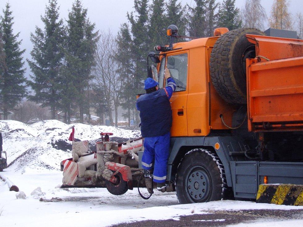 """Řidič se vrátil na """"základnu"""", kde mu jiný pracovník firmy naloží sůl nebo inertní materiál."""