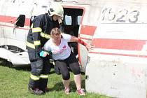 Mezi letištěm a motoristickým polygonem u Dlouhé Lhoty, známým například školou smyku, hasiči, zdravotničtí záchranáři a policisté nacvičovali zásah na místě havárie malého letadla. S ním se pojí i nutnost zajistit pomoc pro větší počet zraněných.