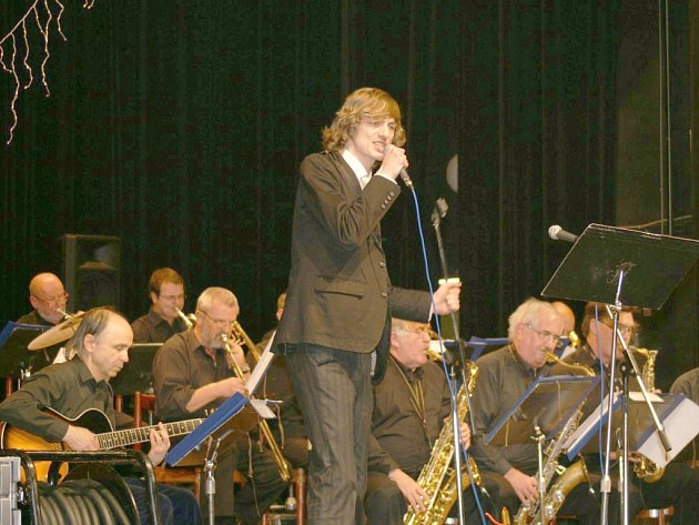 Příbramský bigband se zpěvákem Ondřejem Rumlem