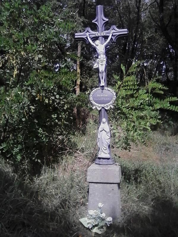 Opět křížek.