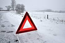 První letošní sníh si vyžádal řadu dopravních nehod.