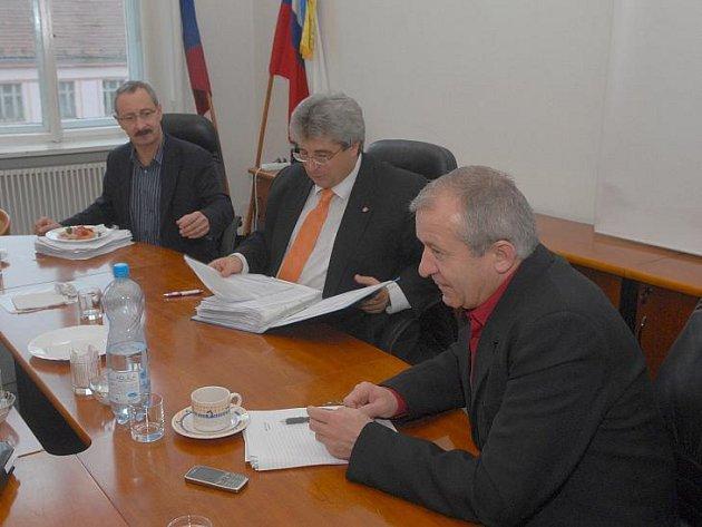 Příbramský starosta Josef Řihák a oba místostarostové Ivan Šedivý a Václav Černý.