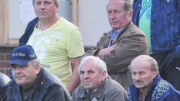 Nově zvolený senátor za Příbramsko Jiří Burian při sledování fotbalového zápasu v Sedlčanech.