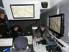 Kromě pěších pátračů policie přivezla i speciální štábní vozidlo vybavené technikou a zkoušela další pátrací postupy, například jak vyhledat člověka i v místě bez mobilního signálu.