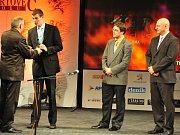 Vyhlášení ankety Nejúspěšnější sportovec Příbramska roku 2012. Vítěz kategorie jednotlivec dospělých: Daniel Navara (druhý zleva).
