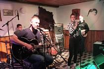 Z narozeninového koncert kapely The Metuzalém v hájovně v Bezděkově.