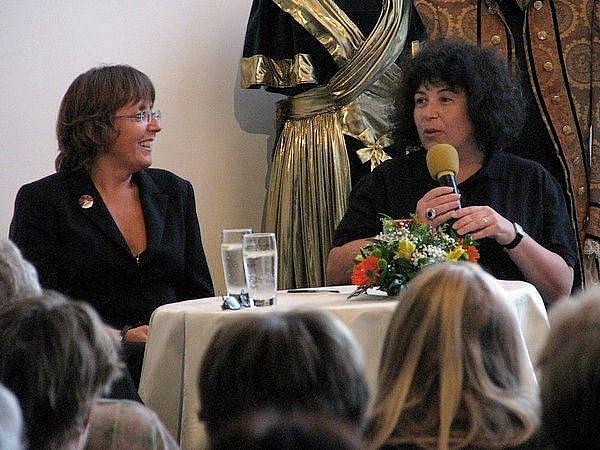 Beseda s herečkou Bárou Hrzánovou a autorkou Hrdého Budžese Irenou Douskovou v příbramském divadle