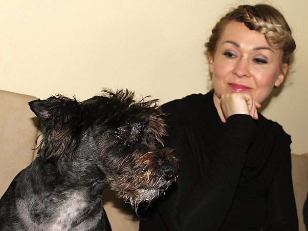 Kateřina Hrachovcová ztvárňuje roli vdavekchtivé Agáty a její pes Inženýr Punťa, který je členem hereckého týmu.