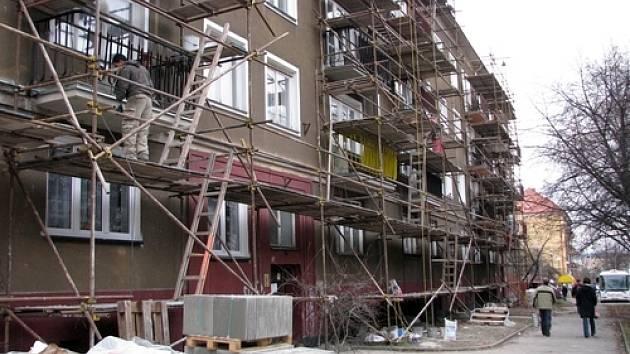 Spousta domů na sídlišti by potřebovaly novou fasádu či střechu