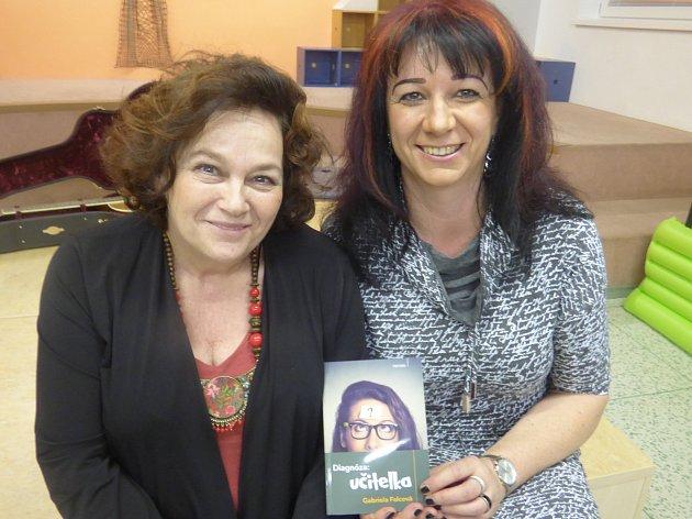 Veselou knížku dublovické učitelky pokřtila herečka Jitka Smutná (na snímku vlevo).