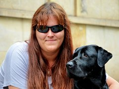 Nevidomé Andree pomáhá speciálně vycvičený pes.
