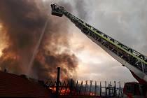 Požár výrobní haly v Dlouhé Lhotě u Příbrami.