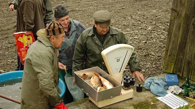 Při výlovu rybníku Cunát se vylovilo přibližně deset tun ryb.