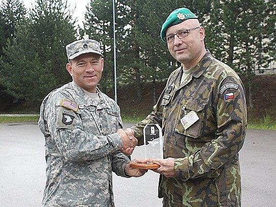 Na závěr stáže poděkoval seržant Steven Jenny plukovníkovi Jiřímu Kývalovi za vřelé přijetí a skvěle připravený výcvik.