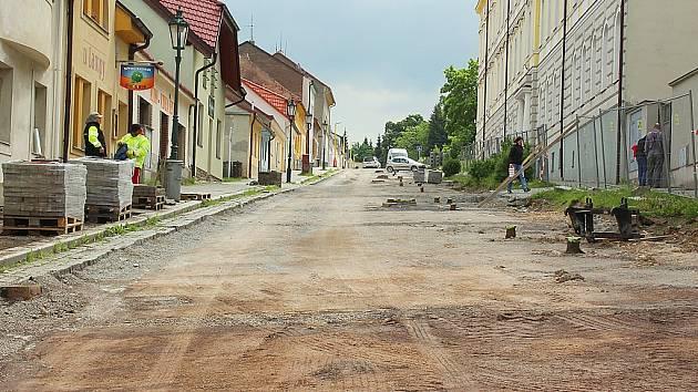 Rozkopaná Hrabákova ulice v Příbrami u průmyslovky.