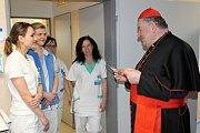 Kardinál Duka navštívil příbramskou nemocnici, odsloužil mši a požehnal lůžkové jednotce pro paliativní péči