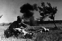 Sovětští vojáci při bojích v okolí Slivice, Milína a Březnice ve dnech 11. a 12. května 1945.