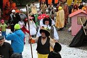 Průvod maškar přivítal v sobotu dopoledne areál Ševčinského dolu na Březových Horách.