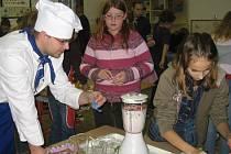 Školáci s učitelem Janem Liškou při vaření.
