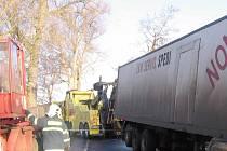 Dopravní nehoda u Chraštiček. Vyprošťování kamionu z rybníka.