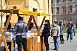 Rozdávání roušek na náměstí T.G.M. v Příbrami.
