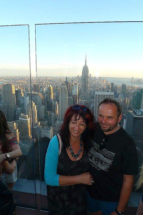 Vyhlídka z mrakodrapu. Za zády Falcových se tyčí Empire State Building.