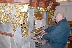 Hubert Hoyer u varhan, na které hrával J. J. Ryba.