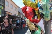 Poslední červencový víkend navezli kolotočáři na březnické náměstí několik atrakcí a od pátku začal rej. Hlavní silnici lemovaly stánky. Nejčastěji zde trhovci prodávali hit letošního léta, hračky spinery a klasické pouťové sladkosti.