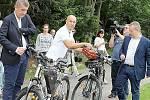 Zleva ministr financí Andrej Babiš, starosta Příbrami Jindřich Vařeka a ministr životního prostředí Richard Brabec se chystají usednout na kola, aby si projeli okolí Nového rybníku, kde město plánuje realizovat projekt Zelená páteř Příbrami.
