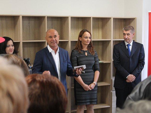 Noví nájemníci Komunitního domu seniorů (neboli KoDuSu) si ve středu symbolicky převzali klíče od svých bytů. Slavnostního otevření za účasti představitelů města i kraje se účastnil také ministr financí Andrej Babiš.