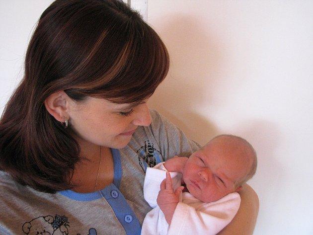 Natálka Michalcová prvně otevřela očka v sobotu 31. března, vážila 3,08 a měřila 49 cm. Domů do Krásné Hory si své první děťátko odvezou maminka Pavla a tatínek Filip.