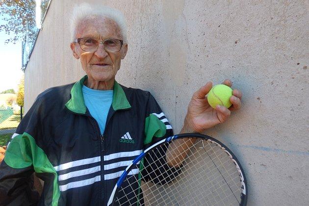 Nejstarším sedlčanským tenistou je téměř 82letý Zbyněk Jetel.