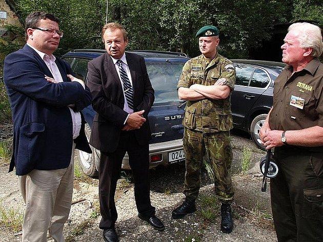 Po setkání se starosty a tiskové konferenci ministři s doprovodem a novináři vyjeli do VÚ Brdy. Zastavili se na cílové ploše Brda, u zkušebního objektu CE na Jordánu a na hrázi Hořejšího padrťského rybníku. Ministr Vondra navštívil i kasárna na Míšovech.